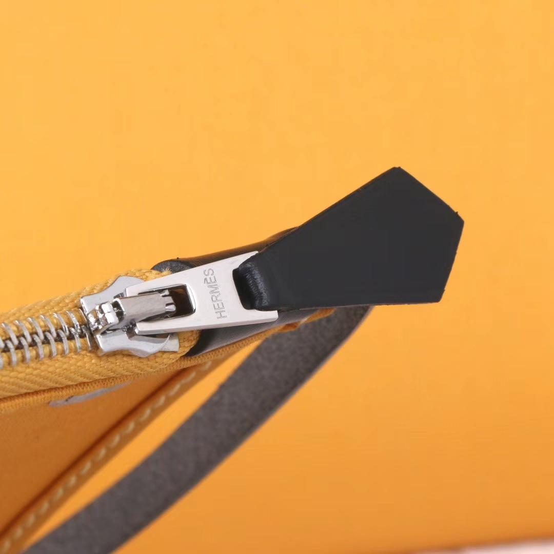 Hermès(爱马仕)herbag 黑色马鞍皮包盖拼琥珀黄帆布 31cm 现货